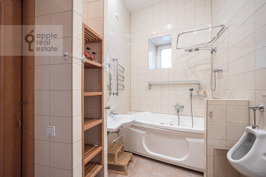 Санузел в 4-комнатной квартире по адресу Спиридоньевский пер. 10А