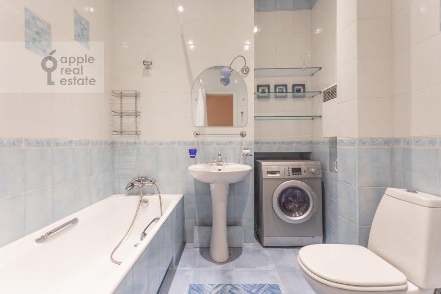Bathroom of the 4-room apartment at Krivoarbatskiy per. 3