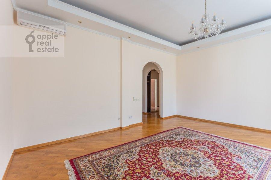 Living room of the 4-room apartment at Krivoarbatskiy per. 3