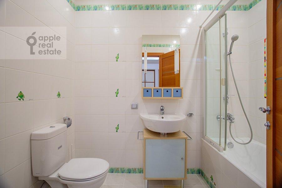 Bathroom of the 5-room apartment at Smolenskiy 1-y per. 17