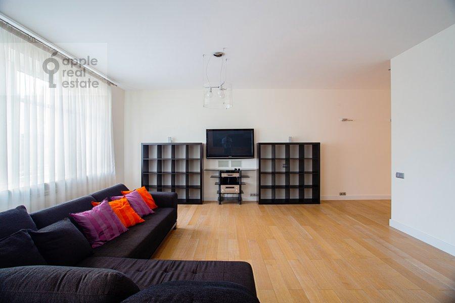 Living room of the 5-room apartment at Smolenskiy 1-y per. 17