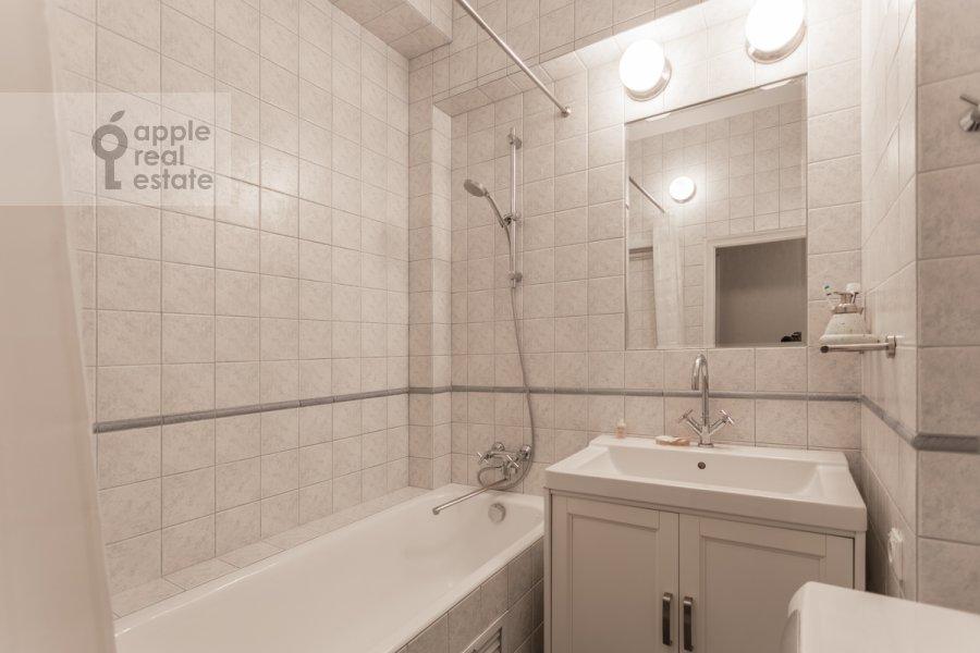 Санузел в 2-комнатной квартире по адресу Новинский бульв. 18с1