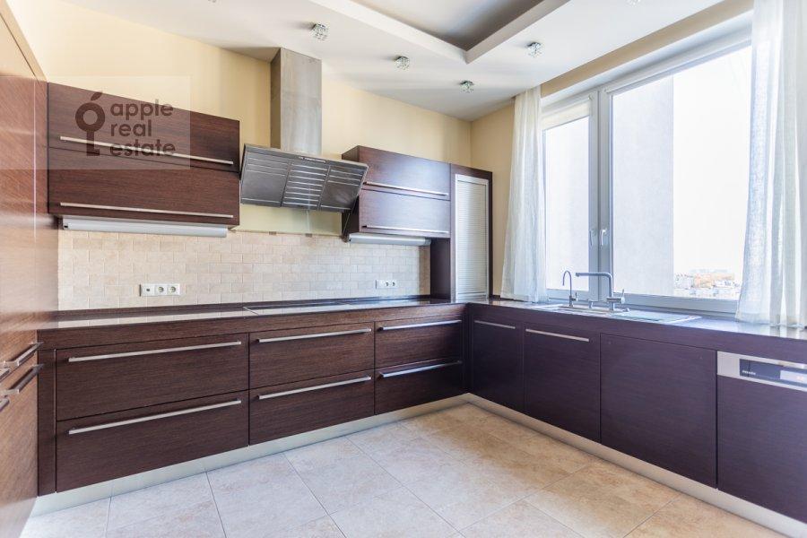 Кухня в 6-комнатной квартире по адресу Островитянова 6