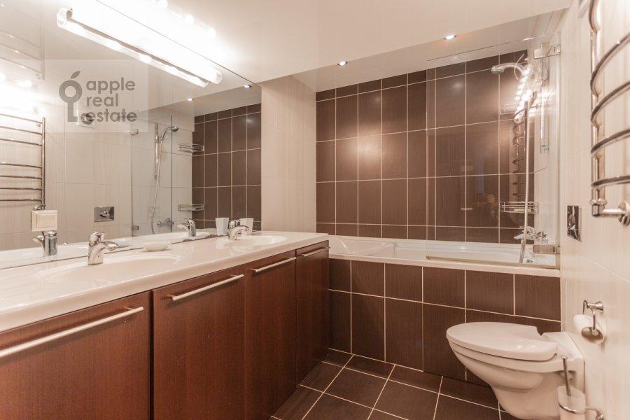 Bathroom of the 3-room apartment at Shabolovka ul. 23k1