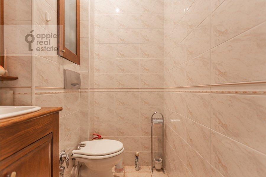 Bathroom of the 4-room apartment at Vsevolozhskiy per. 3
