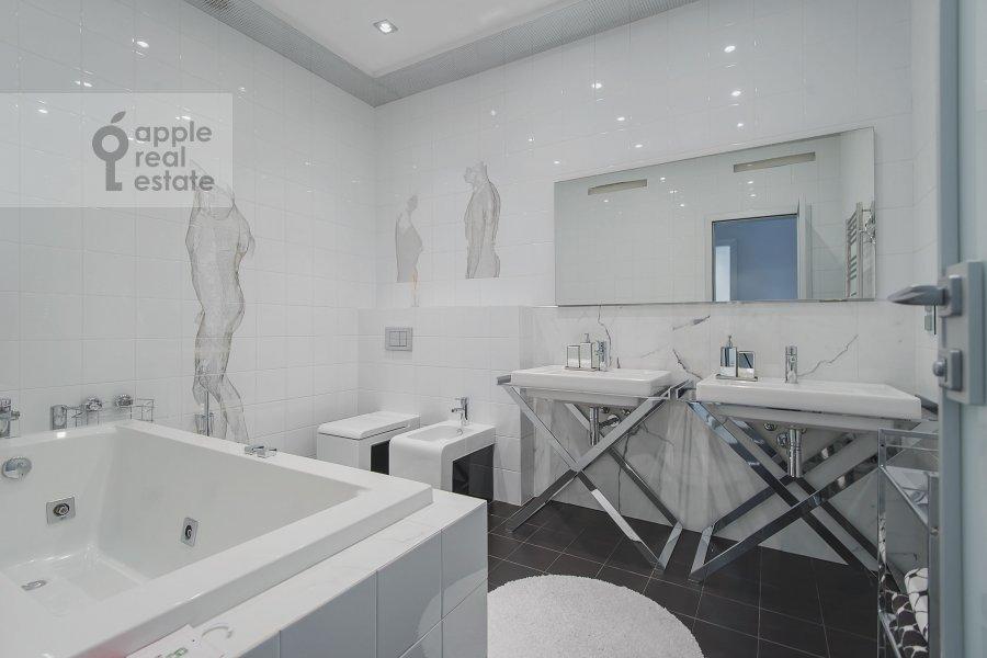 Bathroom of the 3-room apartment at Chapaevskiy pereulok 3