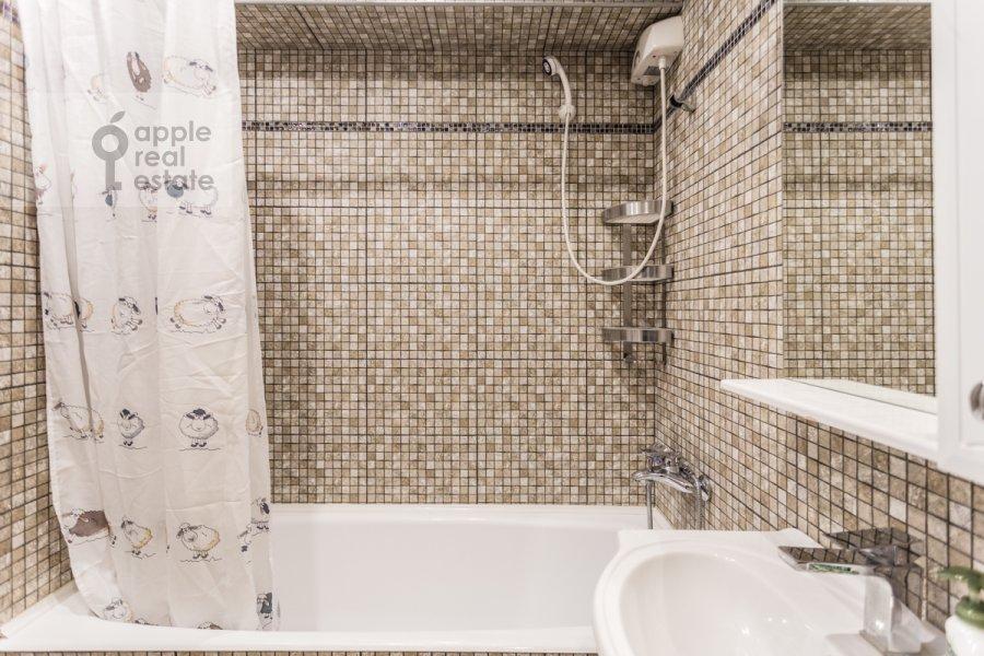 Bathroom of the 3-room apartment at Novyy Arbat ul. 26
