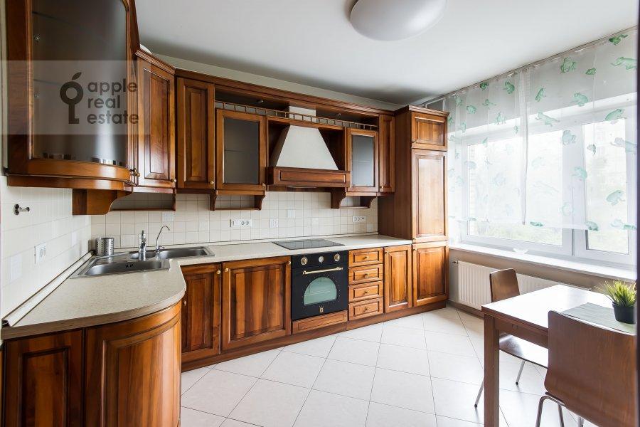 Кухня в 6-комнатной квартире по адресу Немчинова 1/25
