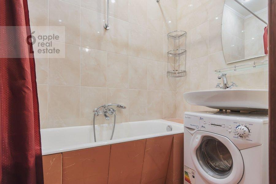 Bathroom of the 3-room apartment at Trekhprudnyy per. 6