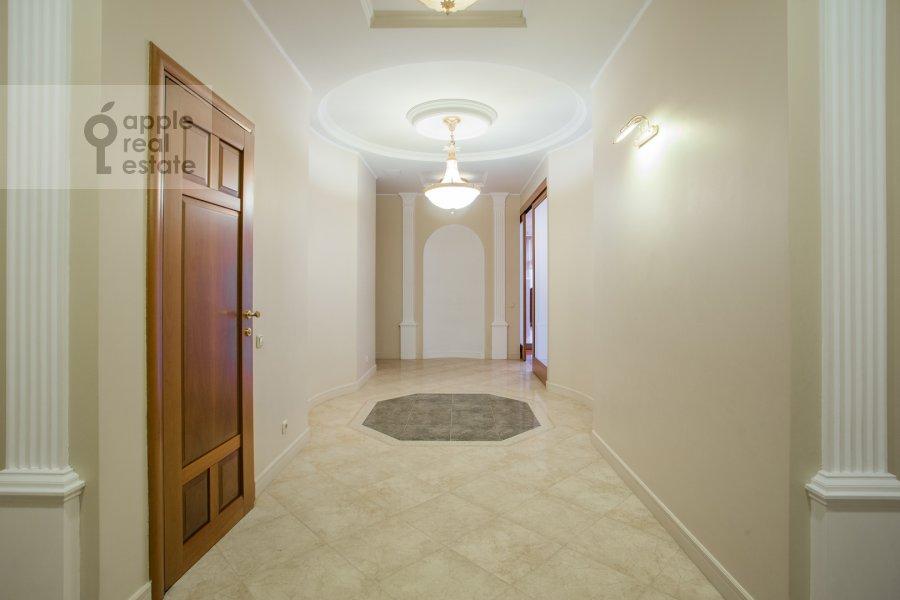 Коридор в 6-комнатной квартире по адресу Береговая ул. 4к3