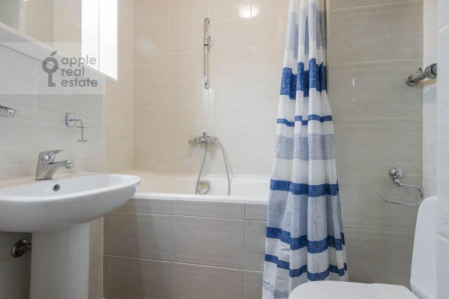 Bathroom of the 5-room apartment at Afanas'evskiy Bol'shoy per. 41