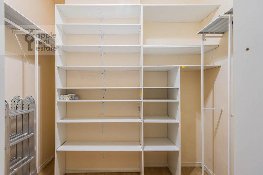 Гардеробная комната / Постирочная комната / Кладовая комната в 5-комнатной квартире по адресу Афанасьевский Большой пер. 41