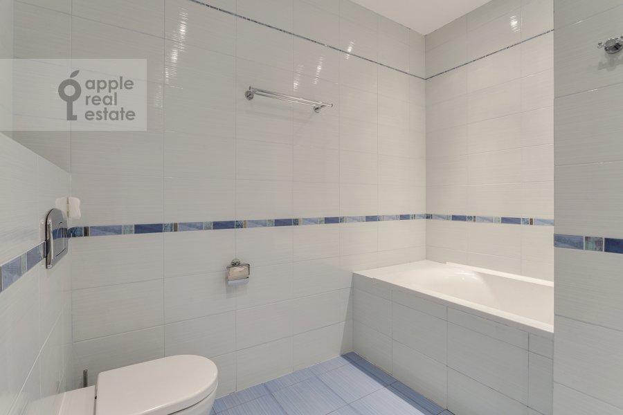 Bathroom of the 3-room apartment at Chapaevskiy per. 3