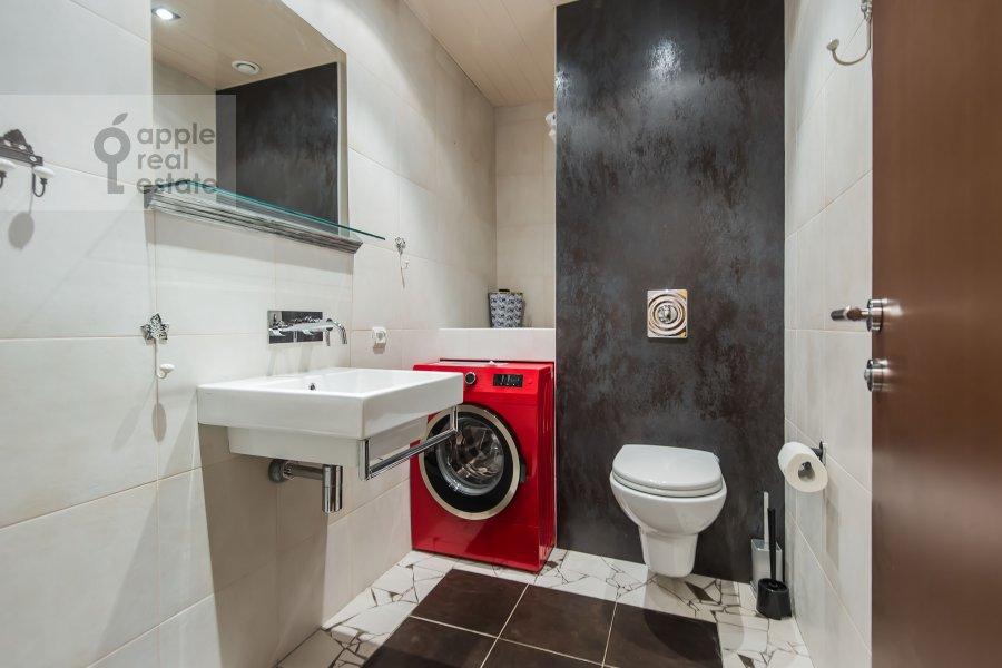 Bathroom of the 4-room apartment at Smolenskiy 1-y per. 17