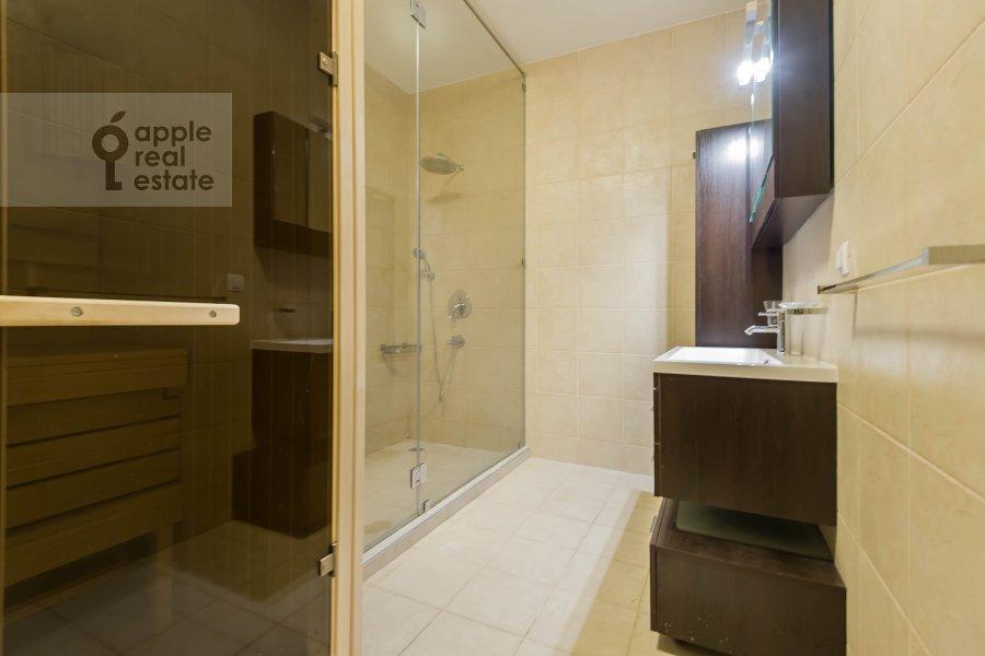 Bathroom of the 6-room apartment at Tsvetnoy bul. 16/1
