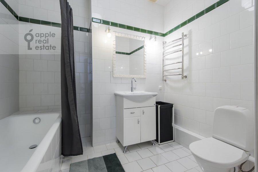 Bathroom of the 3-room apartment at Shabolovka ul. 10k1