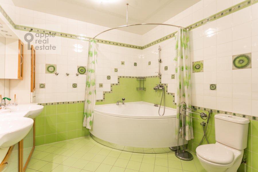 Bathroom of the 6-room apartment at Mosfil'movskaya ul. 70k4