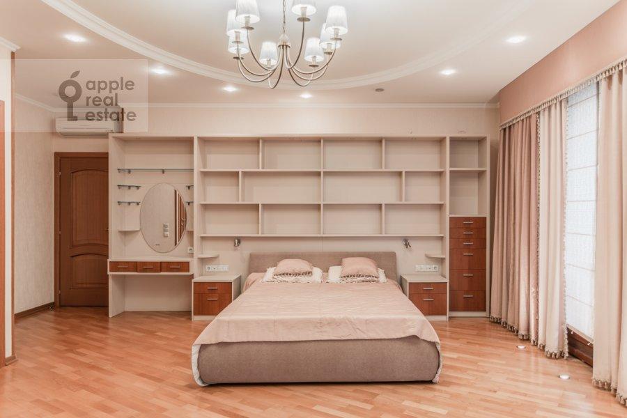 Bedroom of the 6-room apartment at Mosfil'movskaya ul. 70k4