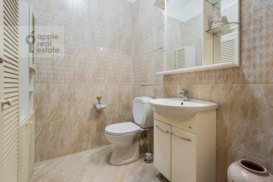 Bathroom of the 3-room apartment at Krasnosel'skaya Verkhnyaya ul. 9