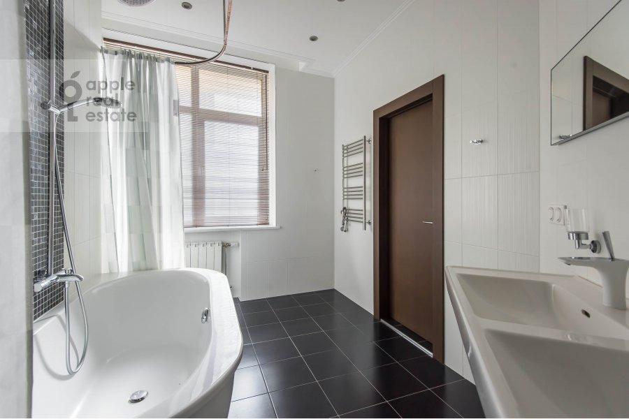 Bathroom of the 2-room apartment at Barykovskiy per. 6