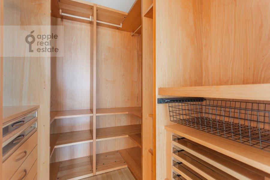 Гардеробная комната / Постирочная комната / Кладовая комната в 4-комнатной квартире по адресу Банный пер. 3