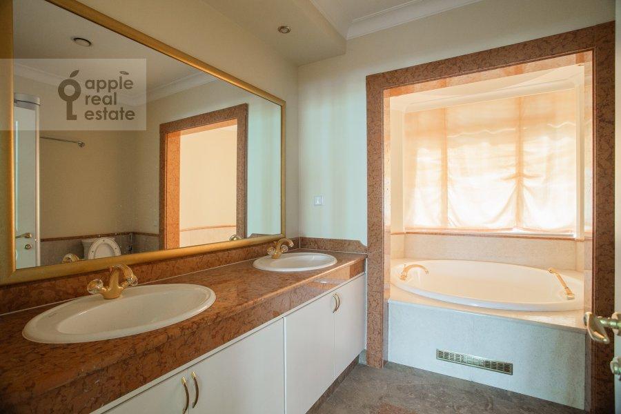 Bathroom of the 6-room apartment at Beregovaya ul. 8