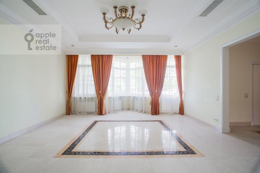 Living room of the 6-room apartment at Beregovaya ul. 8