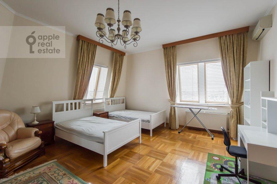 Bedroom of the 4-room apartment at Gilyarovskogo ul. 4/1