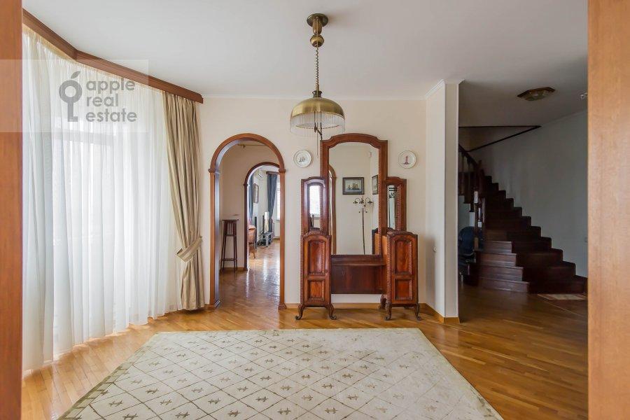 Living room of the 4-room apartment at Gilyarovskogo ul. 4/1