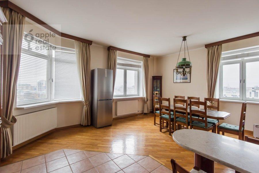 Kitchen of the 4-room apartment at Gilyarovskogo ul. 4/1