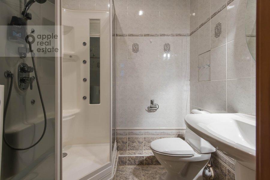 Bathroom of the 4-room apartment at Gilyarovskogo ul. 4/1