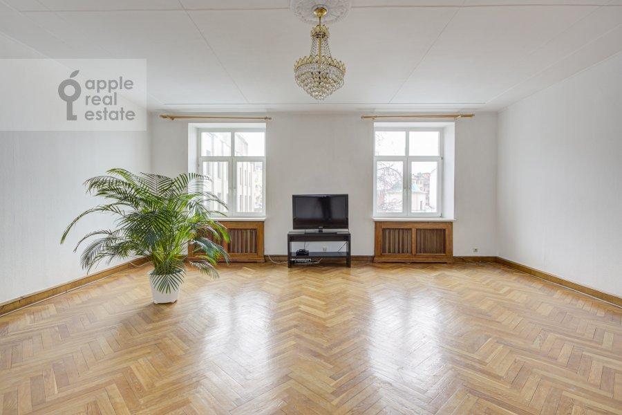 Living room of the 4-room apartment at Tverskaya ul. 8k2