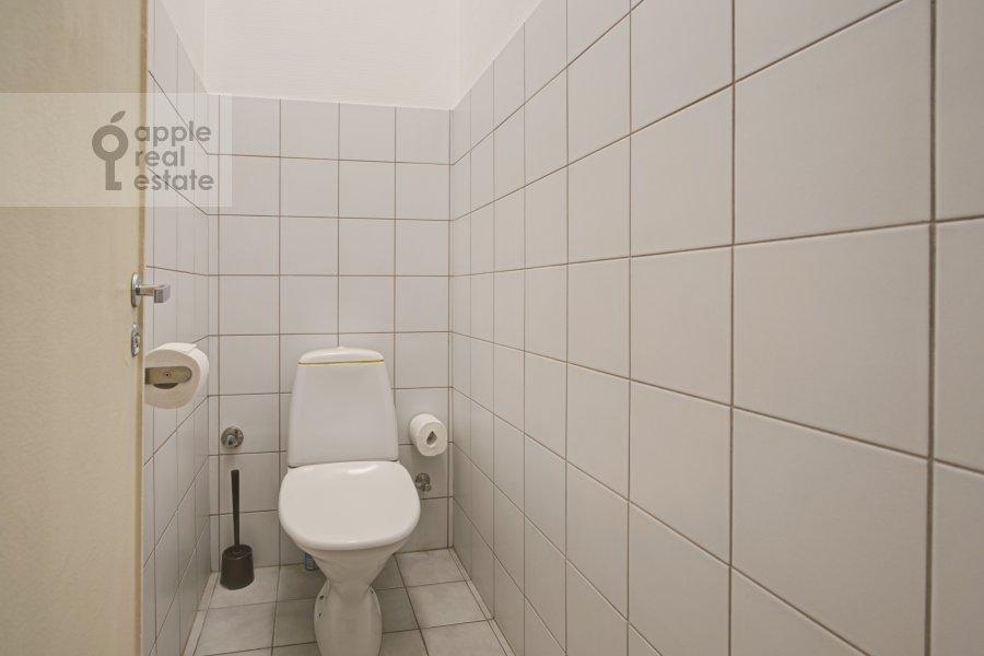 Bathroom of the 4-room apartment at Tverskaya ul. 8k2