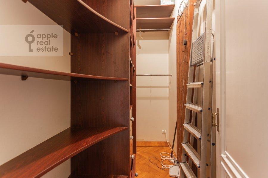Гардеробная комната / Постирочная комната / Кладовая комната в 4-комнатной квартире по адресу Чаплыгина ул. 10