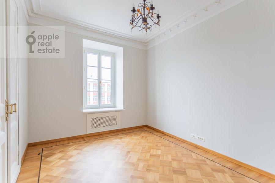 Гостиная в 4-комнатной квартире по адресу Чаплыгина ул. 10
