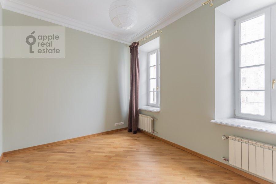 Спальня в 4-комнатной квартире по адресу Чаплыгина ул. 10