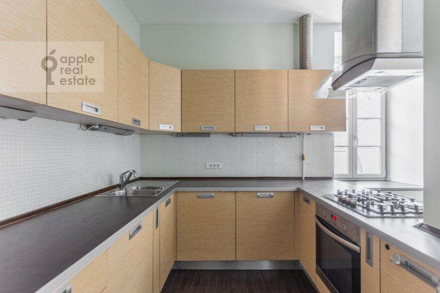 Кухня в 4-комнатной квартире по адресу Чаплыгина ул. 10
