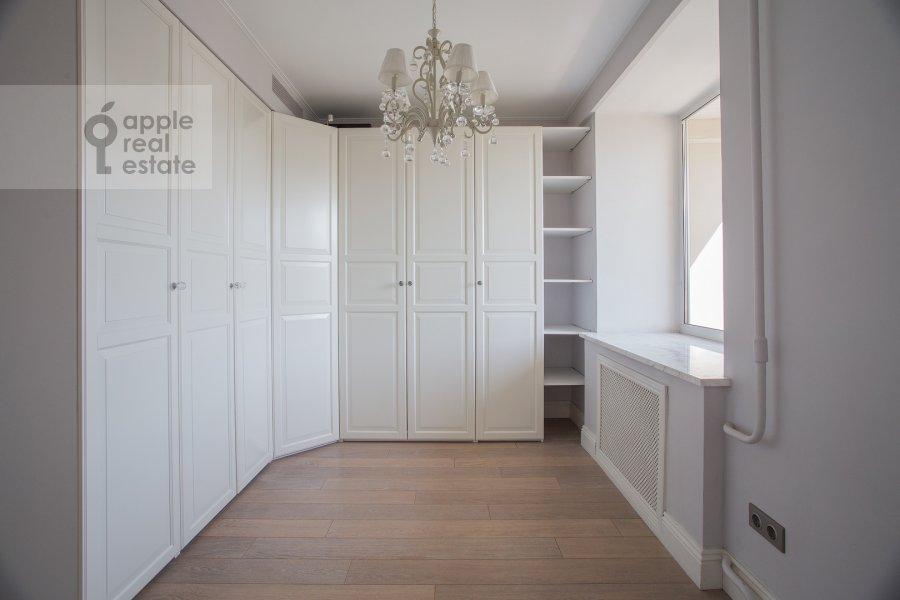 Гардеробная комната / Постирочная комната / Кладовая комната в 4-комнатной квартире по адресу Бронная Большая ул. 29