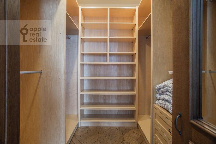 Гардеробная комната / Постирочная комната / Кладовая комната в 3-комнатной квартире по адресу Сеченовский пер. 3