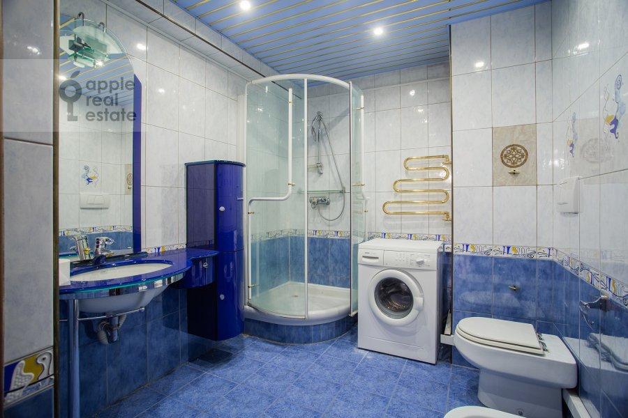 Bathroom of the 4-room apartment at Zoologicheskaya ulitsa 26s1