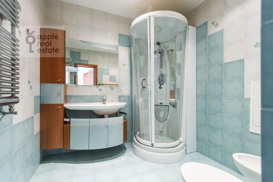 Bathroom of the 4-room apartment at Daev pereulok 5