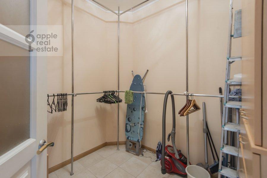 Гардеробная комната / Постирочная комната / Кладовая комната в 3-комнатной квартире по адресу Шаболовка 23к4