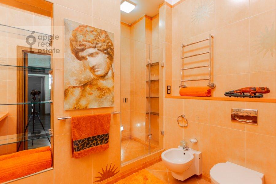 Bathroom of the 6-room apartment at Shabolovka ul. 23k1