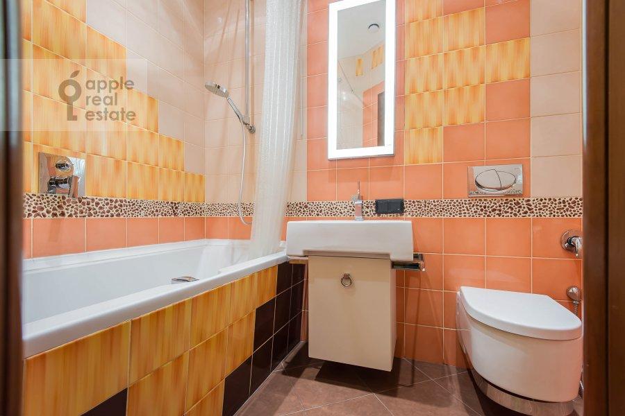 Bathroom of the 4-room apartment at Neopalimovskiy 1-y per. 8