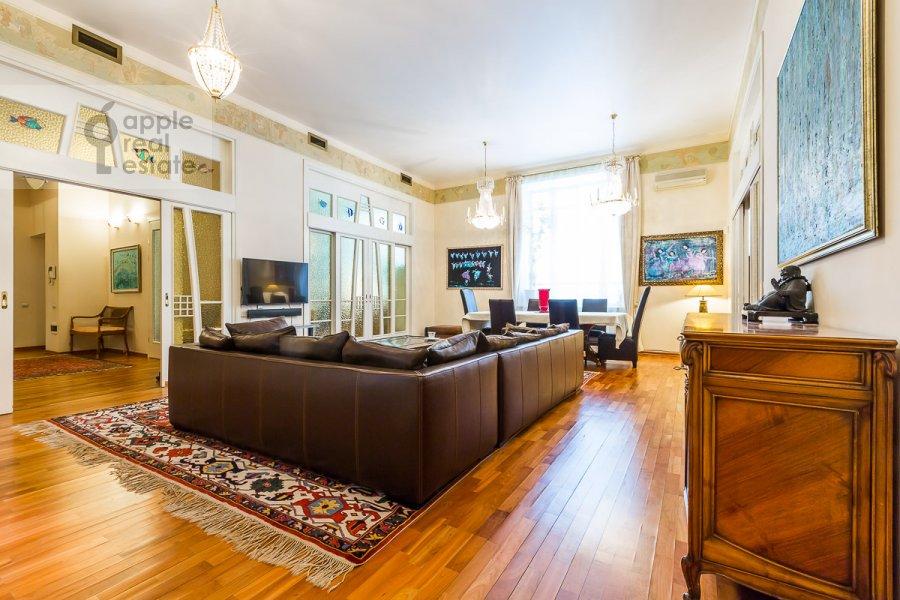 Living room of the 5-room apartment at Sechenovskiy pereulok 7