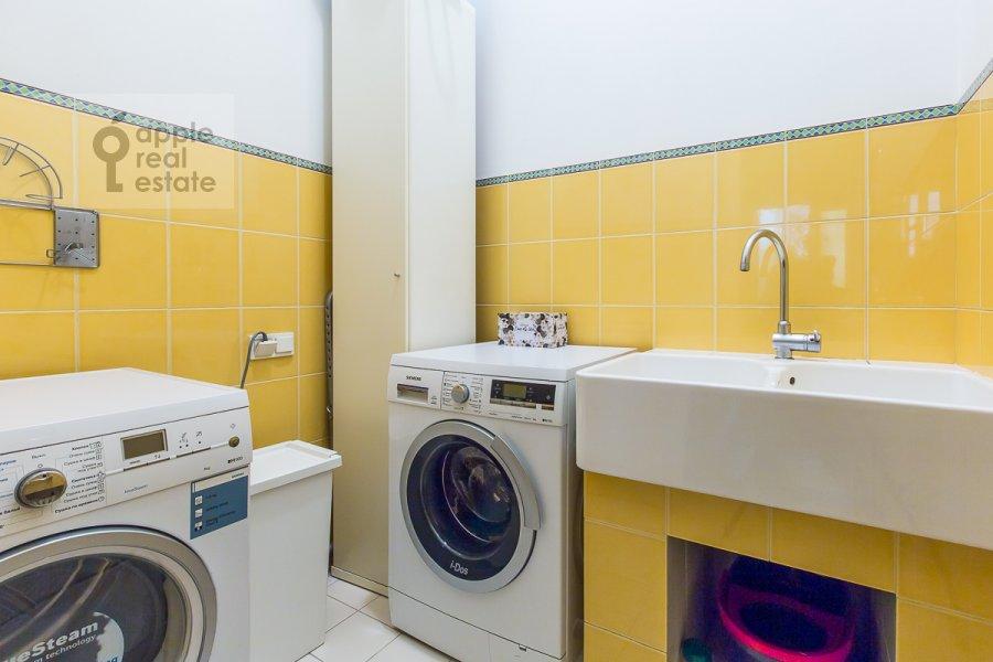 Bathroom of the 5-room apartment at Sechenovskiy pereulok 7