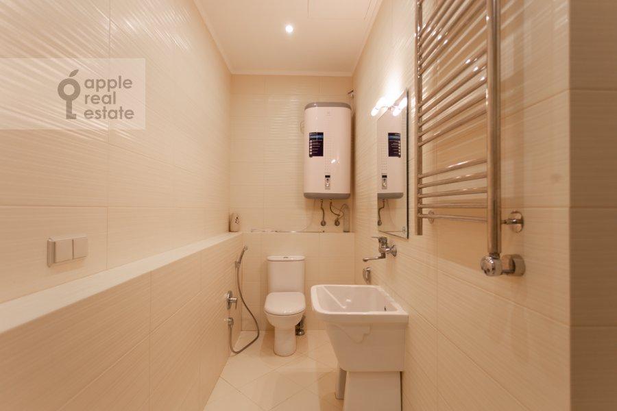 Bathroom of the 4-room apartment at 3-ya Tverskaya-Yamskaya ulitsa 25