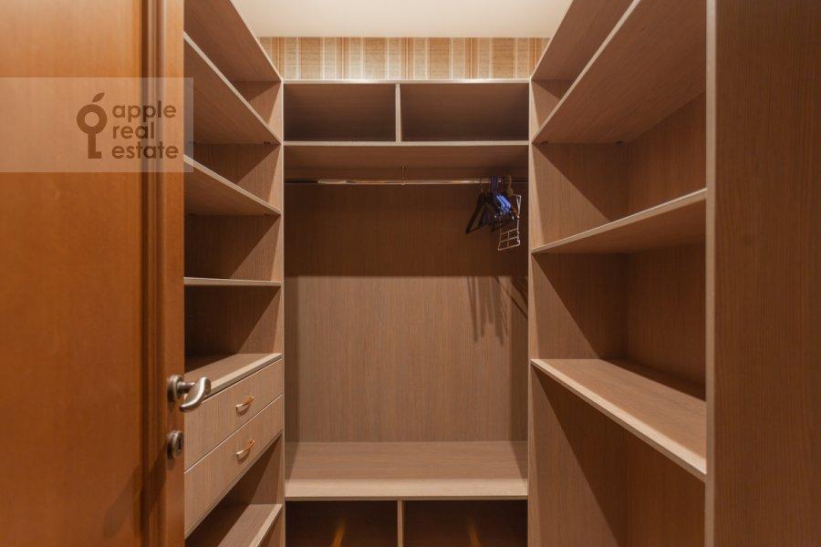 Walk-in closet / Laundry room / Storage room of the 4-room apartment at 3-ya Tverskaya-Yamskaya ulitsa 25