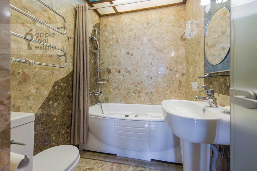 Bathroom of the 4-room apartment at Povarskaya ul. 18