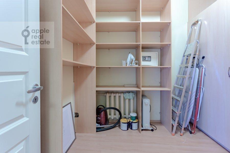 Гардеробная комната / Постирочная комната / Кладовая комната в 3-комнатной квартире по адресу Пятницкая ул. 62с7